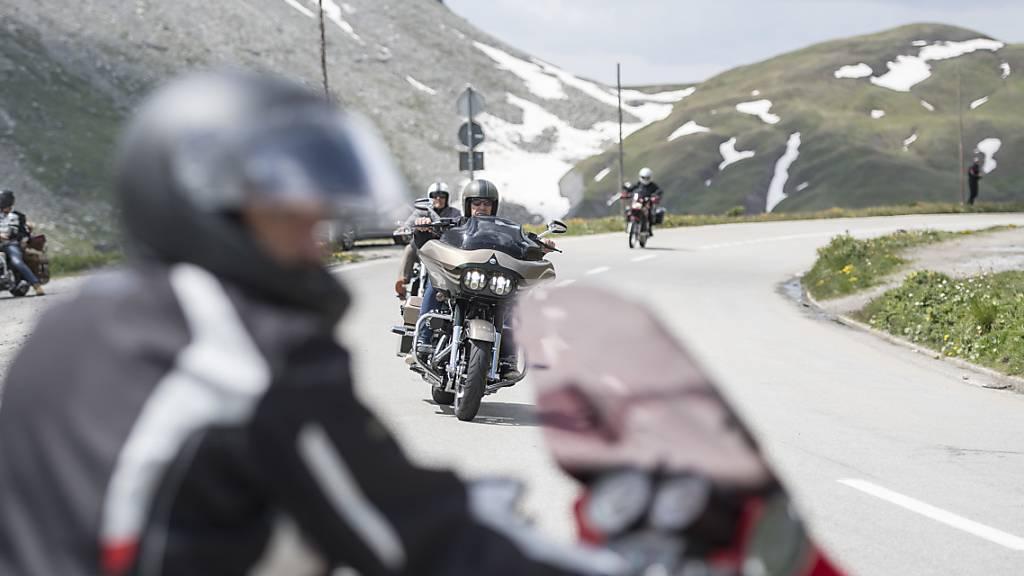 Motorradfahrer auf der Furka-Passstrasse (Symbolbild).