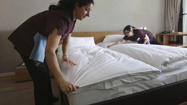 Eine ehrliche Putzfrau hat viel Geld in einem Hotelzimmer gefunden und zurückgegeben (Symbolbild)