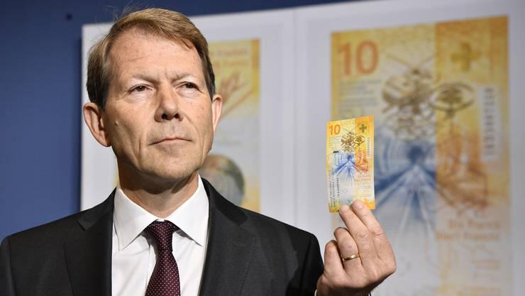 Nationalbanz-Vize Fritz Zurbrügg präsentiert die neue Zehnernote der Öffentlichkeit.