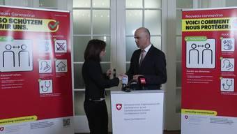 Am Ende der Pressekonferenz schüttelte Bundesrat Alain Berset GDK-Präsidentin Heidi Hanselmann die Hände.