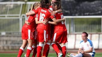 Geschafft:  Die Schweizerinnen freuen sich über die vorzeitige EM-Qualifikation