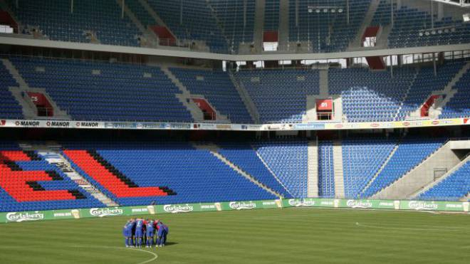 Geisterspiel: Schon 2006, nach den Ausschreitungen am 13. Mai, musste der FC Basel zwei Partien in der Super League vor leeren Zuschauerrängen bestreiten. Foto: Georgios Kefalas/Keystone