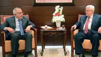 Der palästinensische Ministerpräsident Salam Fajad (l.) spricht mit Präsident Mahmud Abbas