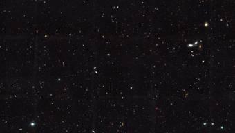 Das Hubble-Foto zeigt Dutzende weit entfernte Galaxien: Mit den bisherigen Teleskopen konnten erst zehn Prozent des Weltalls beobachtet werden, haben die Astronomen berechnet.