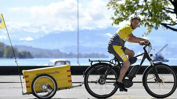 Mit der Lancierung der neuen E-Bike-Patrouille reagiert der TCS auf die Verkehrsentwicklung in den urbanen Zentren von Zürich und Genf. Je zwei Pannenhelfer auf Elektrovelos sind dort jeweils von Mai bis September im Einsatz.