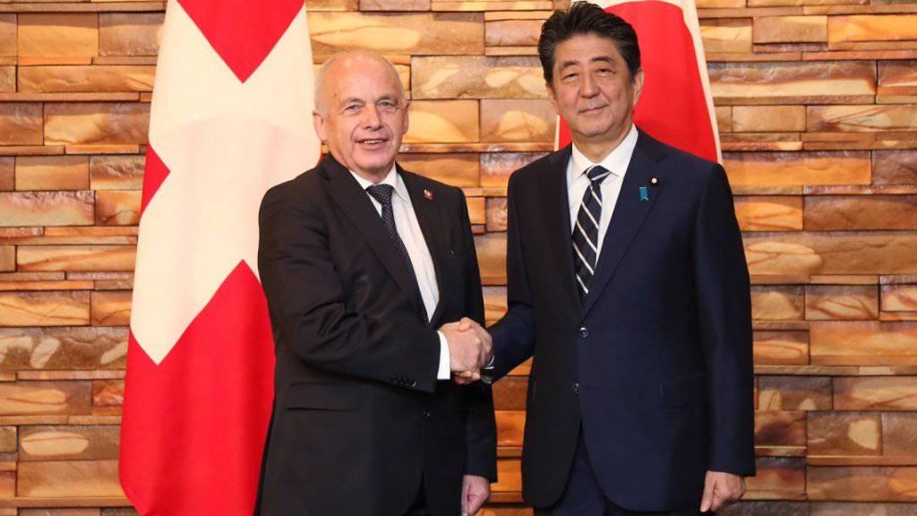 Bundespräsident Ueli Maurer mit dem japanischen Premierminister Shinzo Abe beim Höflichkeitsbesuch am Montag in Tokio.