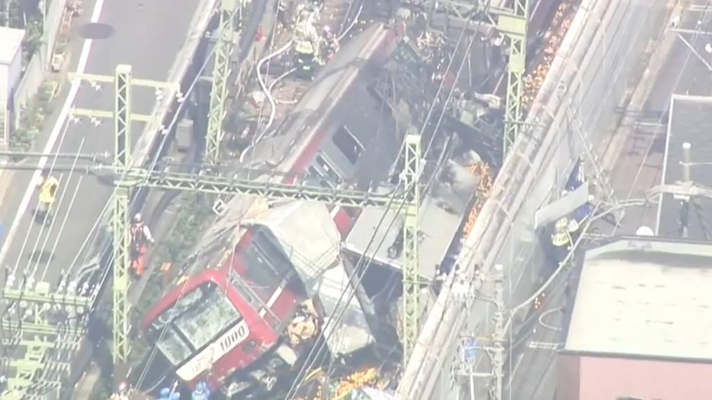 LKW bleibt auf Bahnübergang stehen – Crash mit Zug!