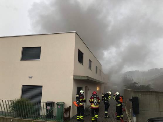 Schöftland AG, 19. Oktober: Feuerwehr und Polizei rückten aus, nachdem ein Brandausbruch in einem Kellerraum eines Einfamilienhauses gemeldet wurde. Der Sachschaden ist hoch. Die Polizei hat die Ermittlungen aufgenommen.