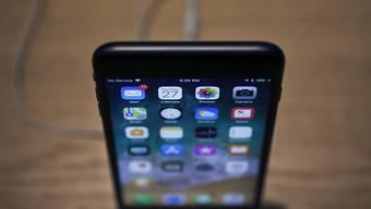 Der Apple-Konzern soll beschlossen haben, beim iPhone künftig auf eine andere Display-Technologie zu setzen - die Aktien etablierter Bildschirmhersteller brechen ein. (Archivbild)