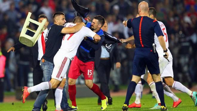 Beim Hinspiel zur EM- Qualifikation zwischen Serbien und Albanien gingen vor einem Jahr die Spieler aufeinander los. Foto: Keystone