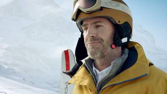 Bruno sitzt lieber in der Beiz, als Ski zu fahren – deshalb hat er einen Stuntman engagiert.