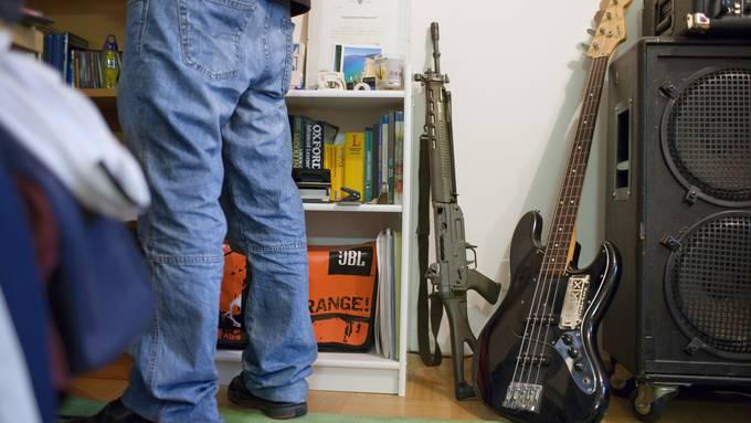 Dienstwaffen dürfen nach dem Abtreten weiterhin ohne zusätzliche Auflagen erworben und behalten werden. (Symbolbild)