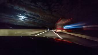 Ein 28-Jähriger überquerte in der Nacht die Autobahn und wurde dabei von einem Auto getötet. (Symbolbild)