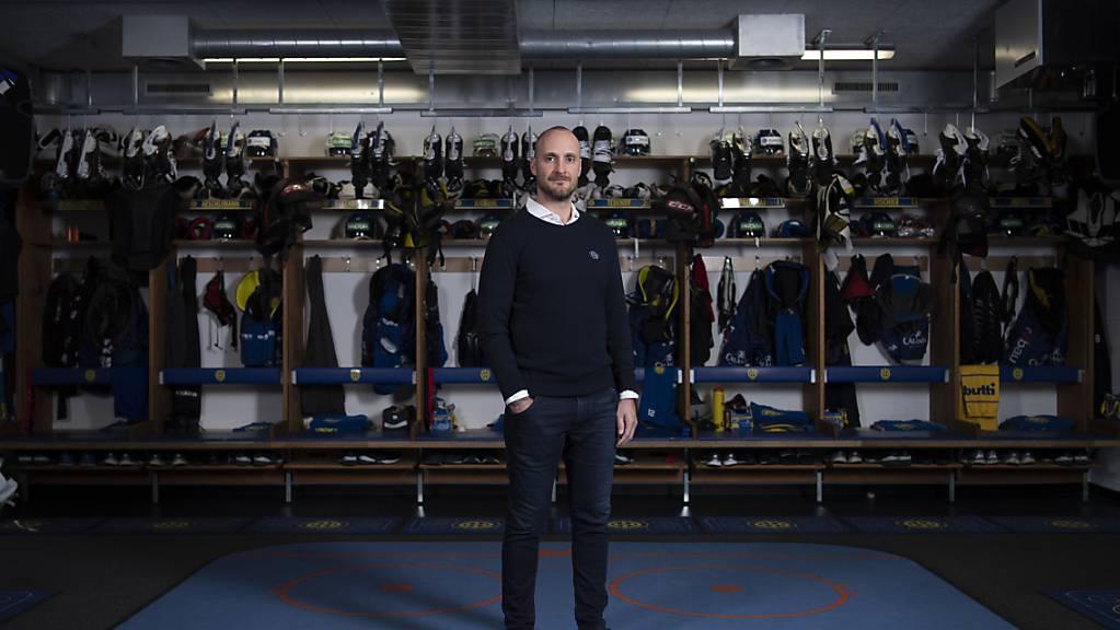 Der Davoser Trainer Christian Wohlwend posiert in der Garderobe, die bereits vor der Saison fertiggestellt war