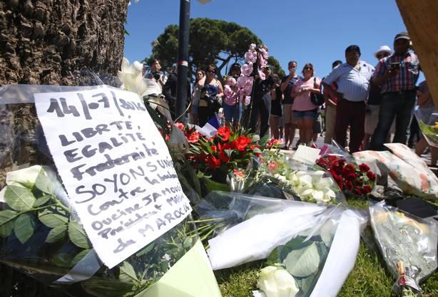 Auch am Ort des Angriffs in Nizza legten Menschen Blumen und Briefe nieder