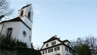 Das Künstlerhaus Boswil (rechts) mit seiner berühmten alten Kirche. Archiv