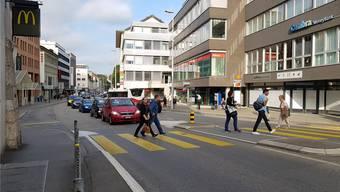 Ein Problempunkt an der Bahnhofstrasse: Der Fussgängersteifen beim «McDonald's». Hier hat es keine Ampel, die den Fussgängerstrom bündelt. Das fördert Stau.
