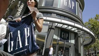 Die Modemarke Gap kommt bei ihrer Sanierung voran - die Umsätze sind im abgelaufenen Geschäftsquartal nicht so stark zurückgegangen, wie erwartet worden war. (Archivbild)