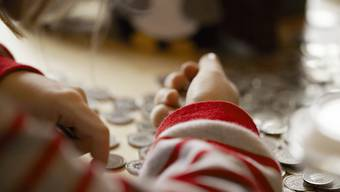Viele Schweizer Kinder sparen ihr Taschengeld freiwillig, wie eine Studie der Credit Suisse zeigt.