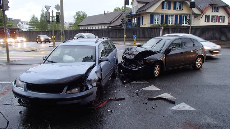 Eine 22-jährige Subaru-Lenkerin kracht mit ihrem Auto auf einer Kreuzung in Lenzburg in ein anderes Auto, einen VW, der von einem 28-Jährigen gelenkt wurde.