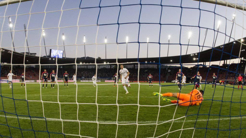 Anto Grgic versenkt den Penalty gegen GC-Goalie Joël Mall