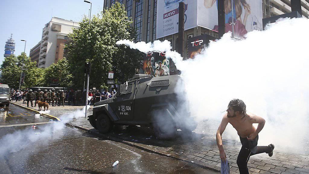 Beim Protest Tausender gegen Probleme mit der Altersvorsorge in Chile kam es in der Hauptstadt Santiago de Chile zu Ausschreitungen.