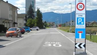 Der Dahlienweg als Vorzeigestrasse, mit Tempo 30 und versetzten Parkfeldern.