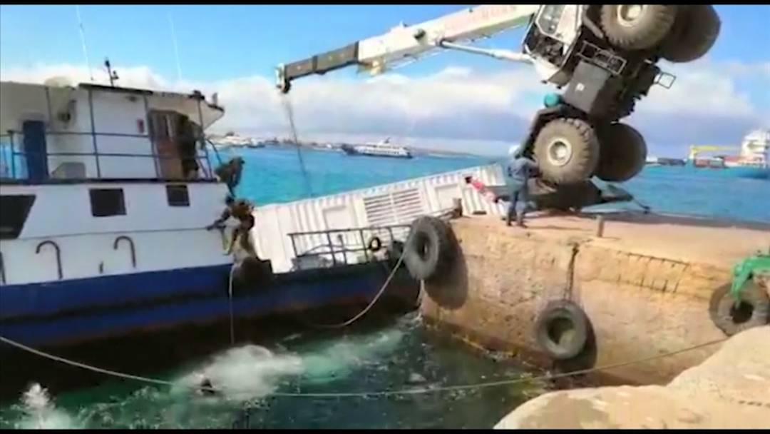 Kran fällt auf Schiff: Auslaufender Diesel bedroht Galápagos-Inseln