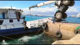 Kran fällt auf Schiff: Auslaufender Diesel bedroht Galápagos-Inseln.