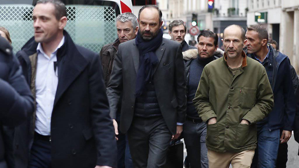 Premierminister Édouard Philippe (Mitte) begab sich in Paris zum Unglücksort.