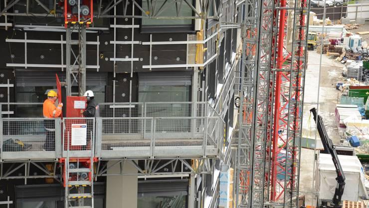 An der Stelle, wo heute der Bauarbeiter-Lift montiert ist, wird Halter auf Ende Februar 2016 einen Aussenlift aus Glas anbauen lassen.