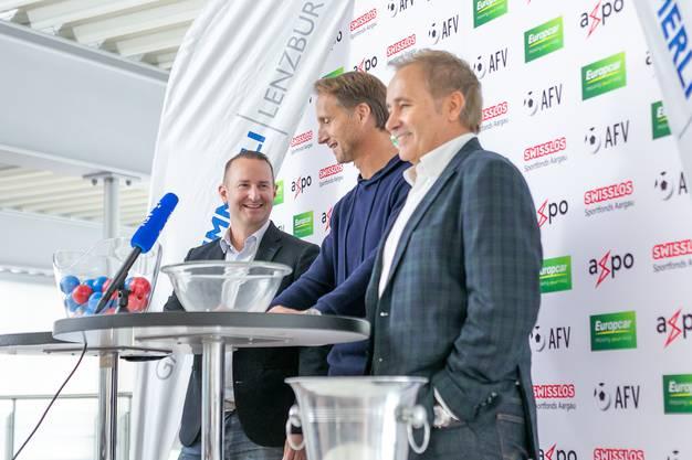 Das Trio, das die Auslosung vornahm: die Glücksfee Marc Hodel (M.), AFV-Geschäftsführer Hannes Hurter(l.) und Wettspielkommissions-Präsident Armando Granzotto (r.).