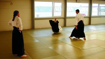 Training in der Aikido-Schule: Bei dieser Kampfkunst gilt es den Gegner nicht einfach zu überwinden, sondern ihn auch zu schützen. (nli)