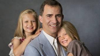 Papa ist jetzt König; einfach wird er es nicht haben – Felipe mit den Töchtern Leonor und Sofia.
