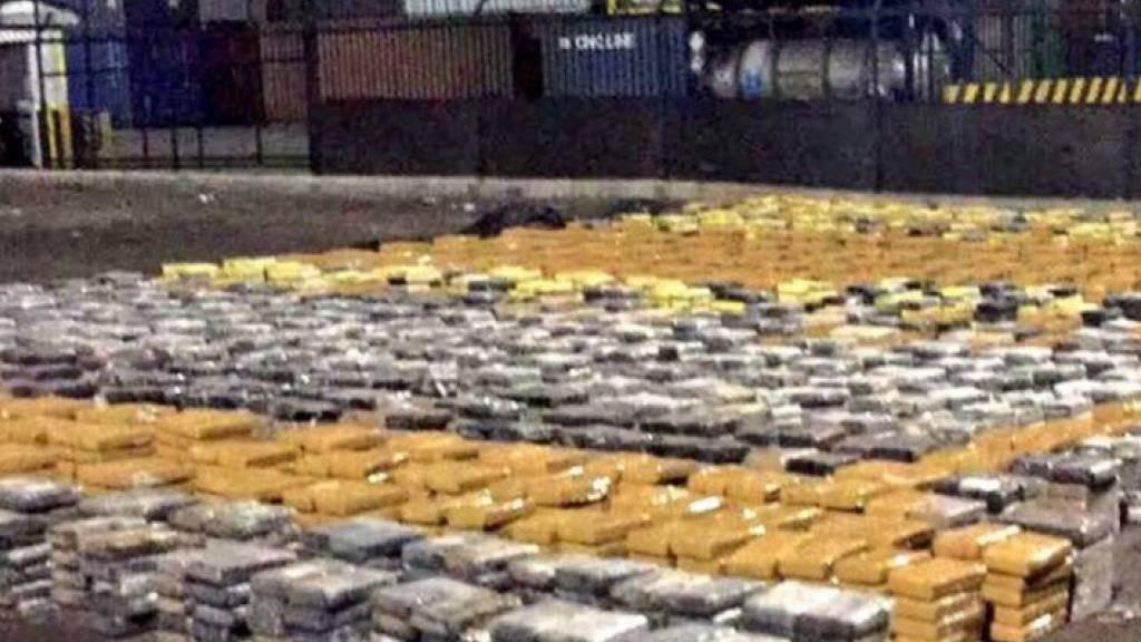 Unter Metallschrott versteckt: Kolumbiens Polizei entdeckt sechs Tonnen Kokain. (Bild: Twitter)