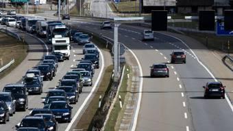 Auf der Autobahn A1 kam der Verkehr in Richtung Bern am Montagnachmittag wegen zwei hitzköpfigen Autofahrern vollständig zum erliegen. (Symbolbild)