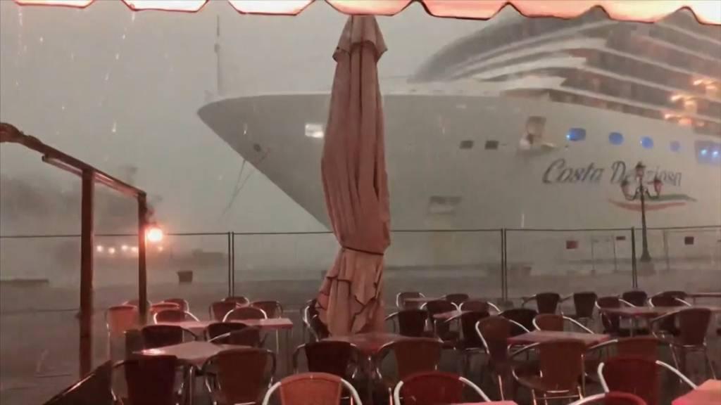 Knapp Katastrophe entkommen: Kreuzfahrtschiff schrammt an Pier vorbei