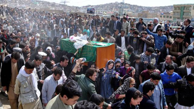 Umringt von hunderten Afghanen tragen Frauen den Sarg
