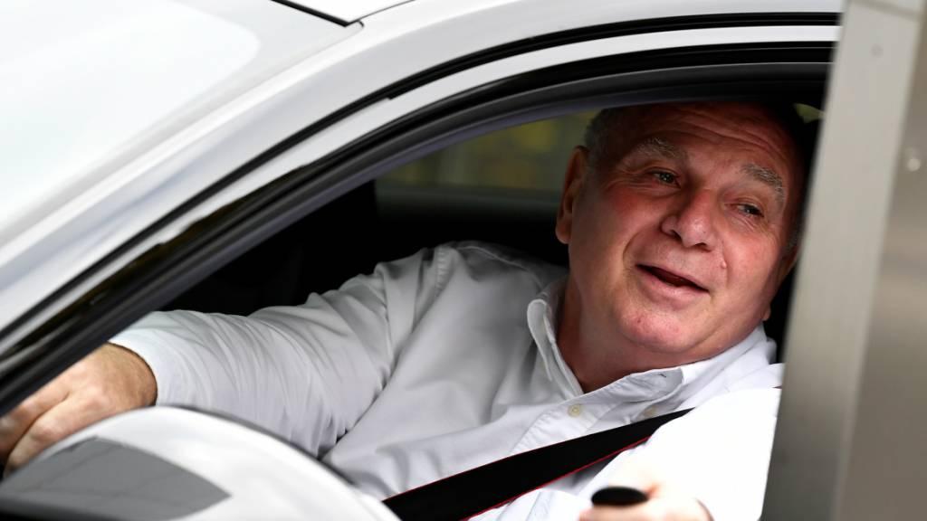 Uli Hoeness geht durch das grosse Bayern-Tor