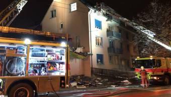 Für die Löscharbeiten wurde das Dach des Mehrfamilienhauses an der Rousseaustrasse im Zürcher Stadtkreis 10 stellenweise aufgebrochen.