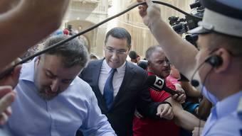 Rumäniens Regierungschef, der nun der Korruption angeklagt ist, auf dem Weg zur Anti-Korruptionsbehörde (Archiv)