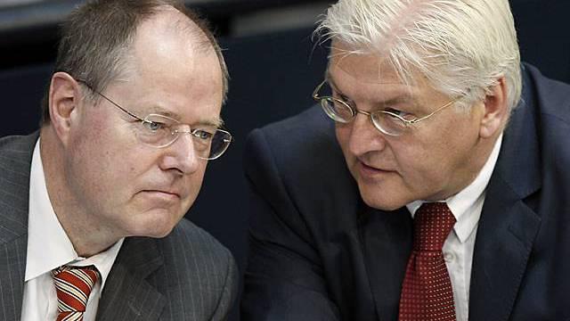 SPD-Parietspitze ohne Steinbrück (l.), Steinmeier führt Opposition an (Archiv)