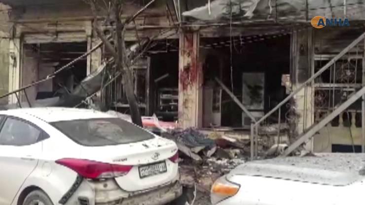 Bei der Explosion einer Bombe wurden mindestens neun Zivilisten, fünf Mitglieder lokaler Sicherheitskräfte sowie US-Soldaten getötet.
