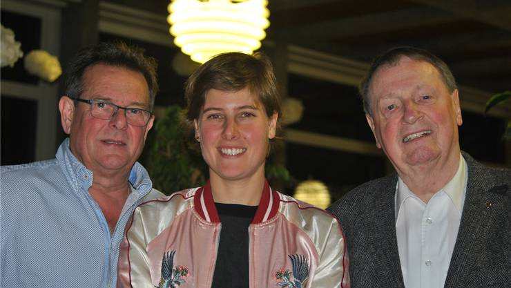 Vater Edi und Tochter Natalie Schneitter freuen sich zusammen mit Bruno Huber über den Aufmarsch der Fans.