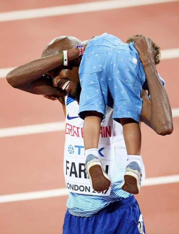 Mo Farah (GB) feierte seine Goldmedaille über 10'000 Meter mit seinen drei Kindern.
