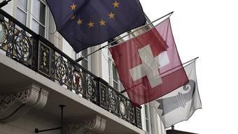 Am Tag nach der Abstimmung zur Masseneinwanderungsinitiative: Eine Reportage zur Stimmung in Basel: Fahnen am Hotel Merian