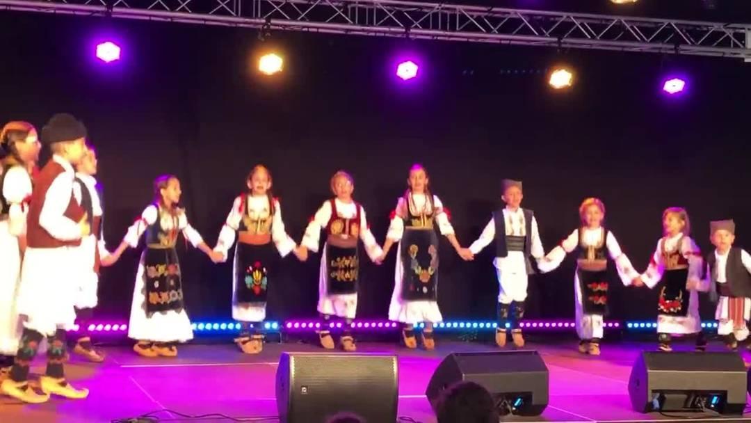Der Nachwuchs des Vereins Kud Kolo tanzt auf der Bühne des Dietiker Sommerfests
