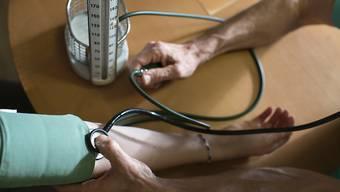 Ein Arztzeugnis für jeden Arzt ab 70? Davon halten die Ärzte selber gar nichts, sie sehen ihre verfassungsmässigen Rechte in Gefahr.