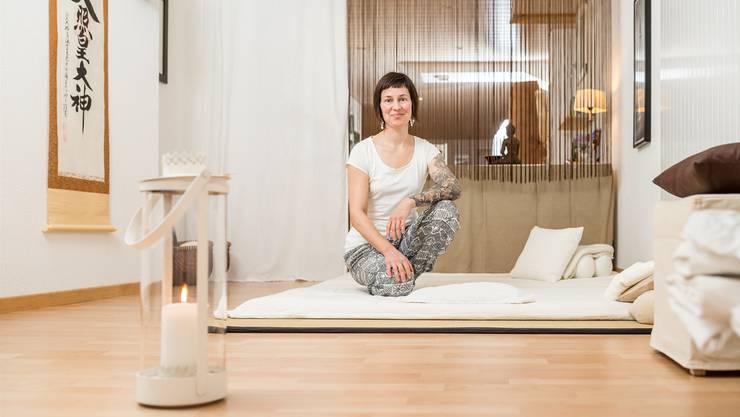 In ihrer Praxis behandelt Katja Stoll Menschen mit Burnout und Erschöpfungserscheinungen ebenso, wie Schmerzgeplagte oder Entspannungssuchende.