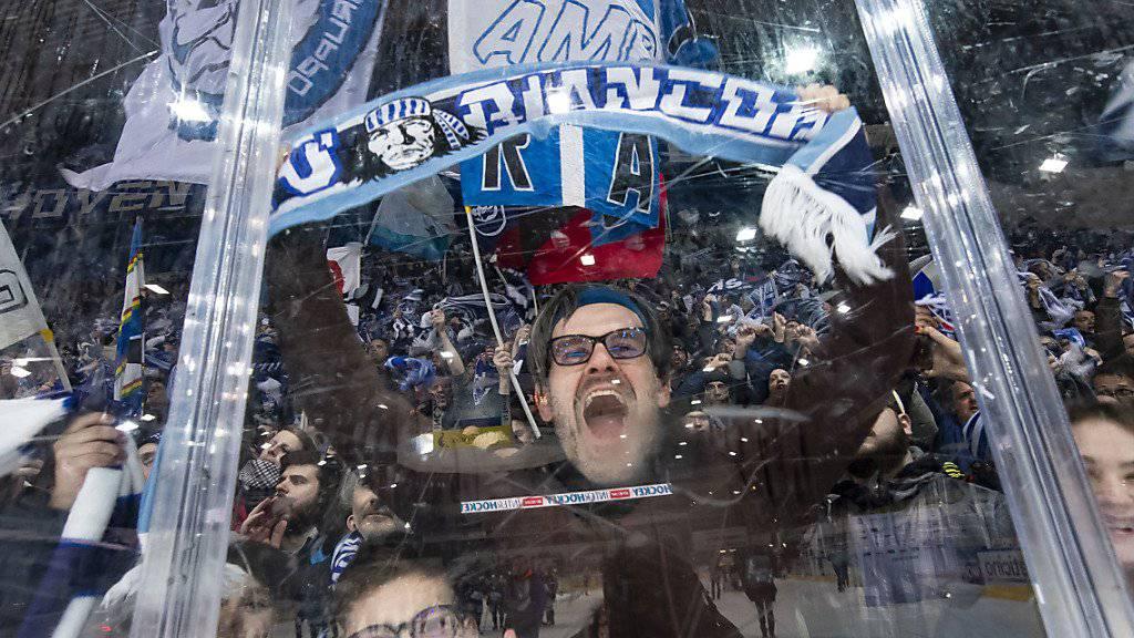 Ambri-Fans jubeln in der Valascia. 2021 soll der Umzug in das neue Stadion erfolgen